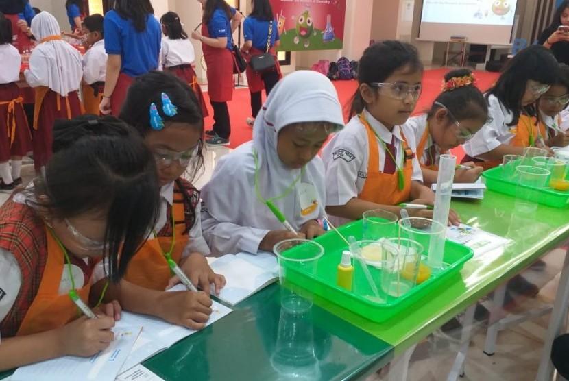 Anak-anak sekolah dasar mengikuti eksperimen kimia pada kegiatan Kid's Lab yang diinisiasi BSAF bekerja sama dengan Fakultas MIPA UI. BSAF Kids Lab mengajak anak-anak ntuk mengeksplorasi bahan kimia dalam kehidupan sehari-hari.