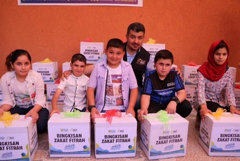 Anak-anak yatim di Palestina mendapatkan ahdiah lebaran.