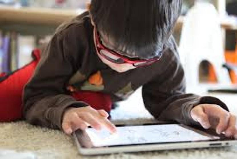Anak bermain gadget.
