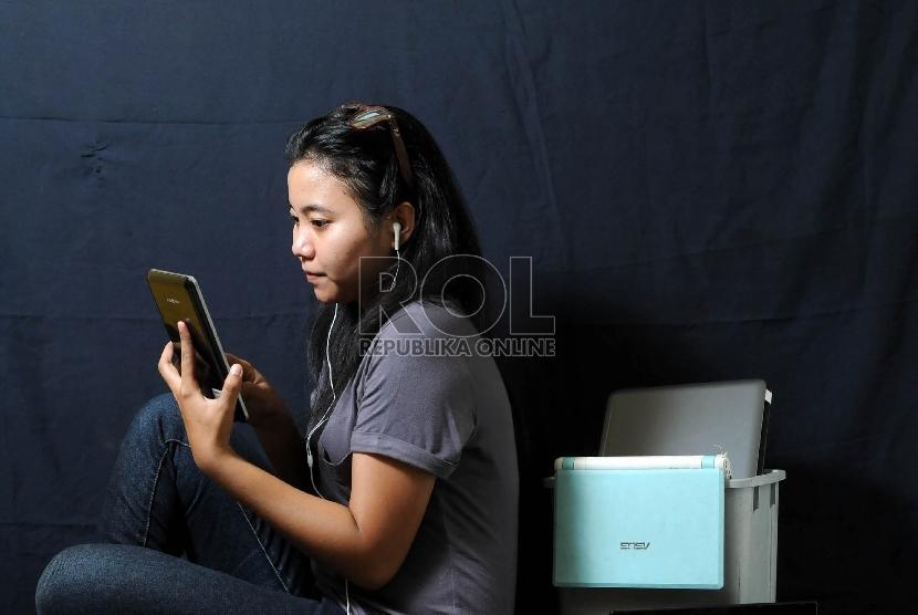 Anak bermain gadget  (ilustrasi).