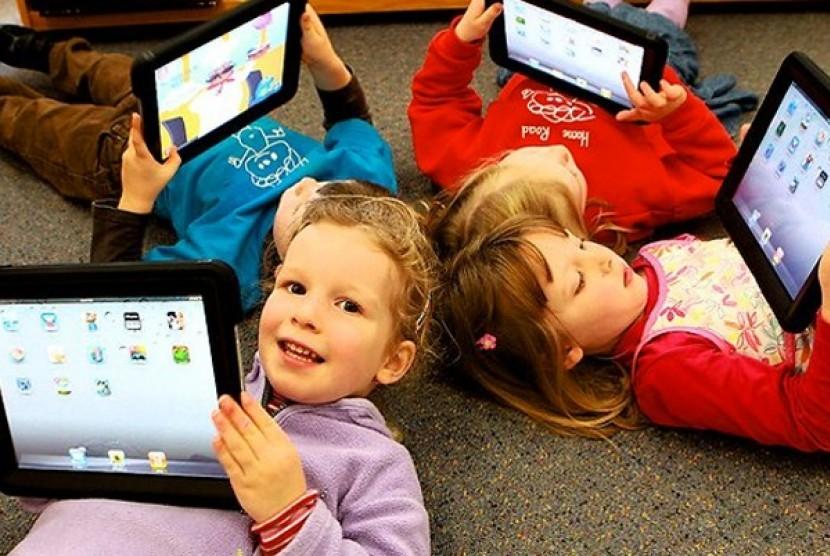 Anak bermain tablet (Ilustrasi)