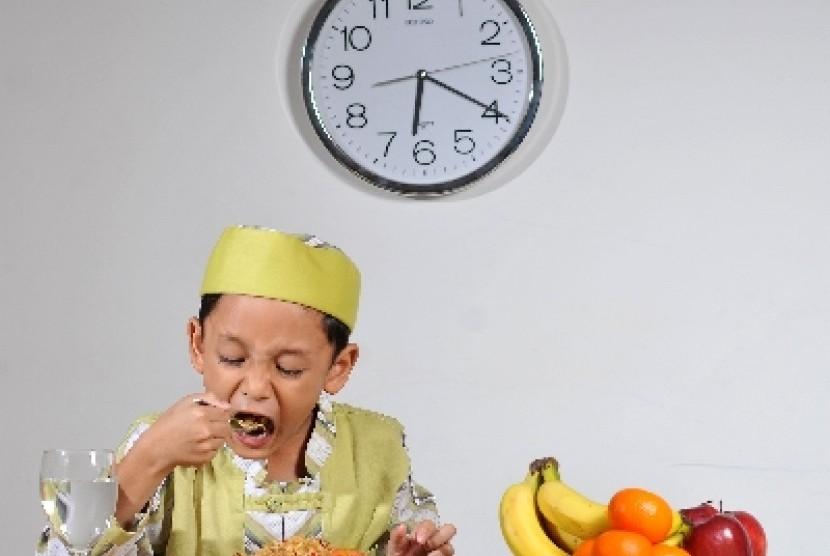 Anak bisa senang makan buah dan sayur karena dibiasakan sejak kecil menyantap buah dan sayur.