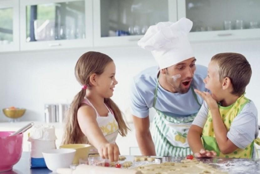 Anak dan Ayah memasak (Ilustrasi)