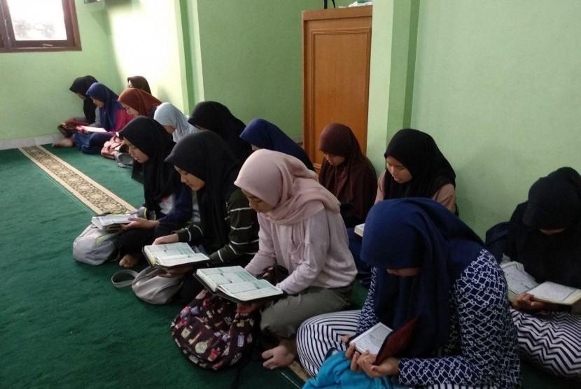Anak Juara MTT binaan Rumah Zakat mendapat pembinaan di Musholah Griya Rahmani, Jl. Garuda I, Beji Timur.