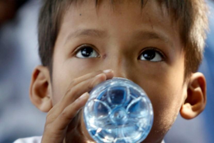 Anak meminum air. Ilustrasi