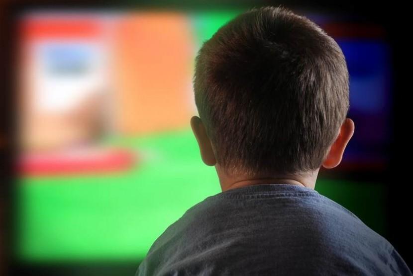Anak menonton televisi (ilustrasi)
