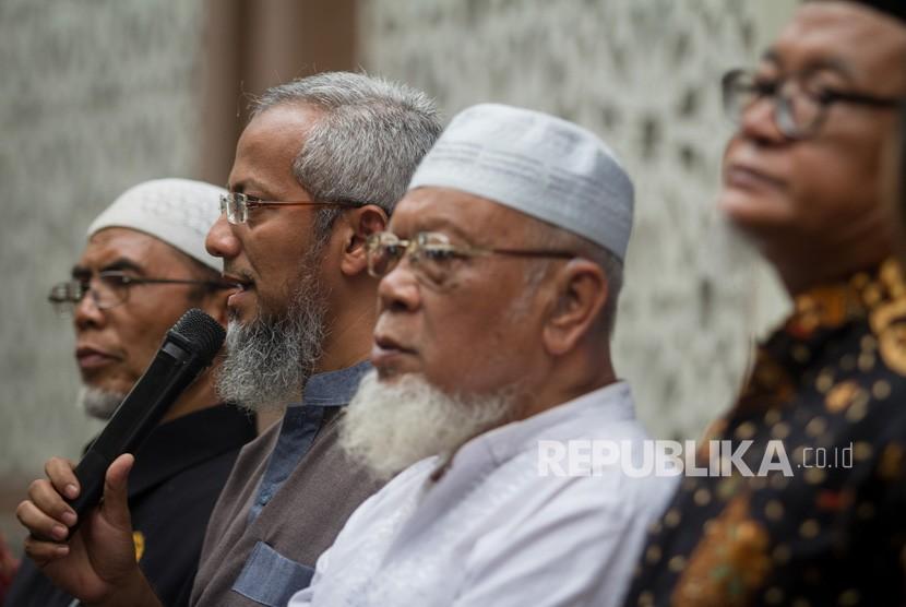 Anak pertama Abu Bakar Baasyir, Muhammad Rosyid Baasyir (kedua kiri) memberikan keterangan saat konferensi pers Penyambutan Ustaz Abu Bakar Baasyir di komplek Pondok Pesantren Al Mukmin, Ngruki, Sukoharjo, Jawa Tengah, Rabu (23/1/2019).