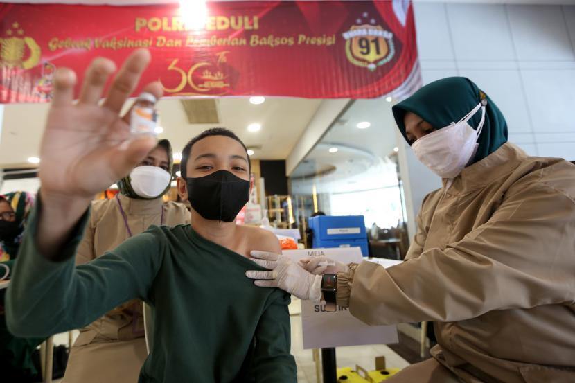 Anak remaja berusia 12 tahun lebih mengikuti vaksinasi COVID-19 di pusat perbelanjaan, Banda Aceh, Aceh, Sabtu (31/7/2021). Kementerian Kesehatan menargetkan sebanyak 26.705.490 anak remaja berusia 12-17 tahun akan mendapatkan vaksin COVID-19 pada Desember 2021.