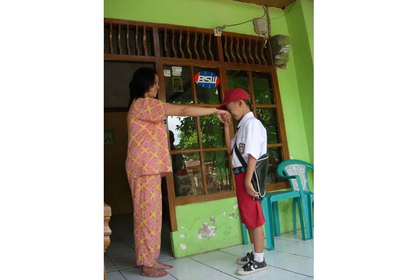 Anak SD yang pamit sekolah dengan ibunya (ilustrasi).