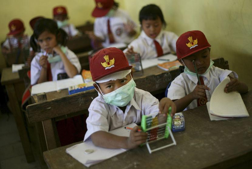 Disdik Padang Bagikan Masker ke Sekolah-sekolah   Republika Online