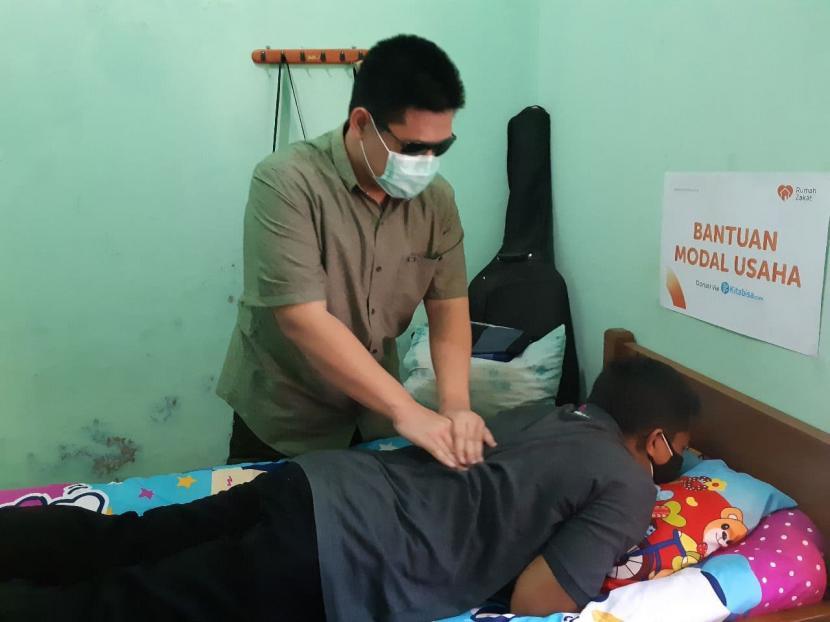 Anan Bukhori (25 tahun) salah satu Penerima Manfaat yang mendapatkan bantuan berupa modal usaha dari Rumah Zakat dan Kitabisa.com.