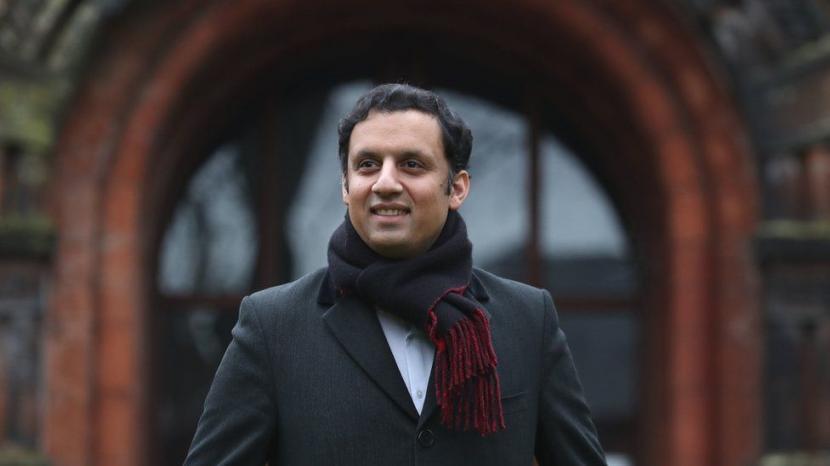 Anas Sarwar, Muslim Pertama Pimpin Partai Politik Inggris. Anas Sarwar terpilih menjadi pemimpin Partai Scottish Labour atau Partai Buruh Skotlandia. Dia melanjutkan tradisi keluarga dalam preseden politik, dengan menjadi Muslim pertama di Inggris yang memimpin sebuah partai.
