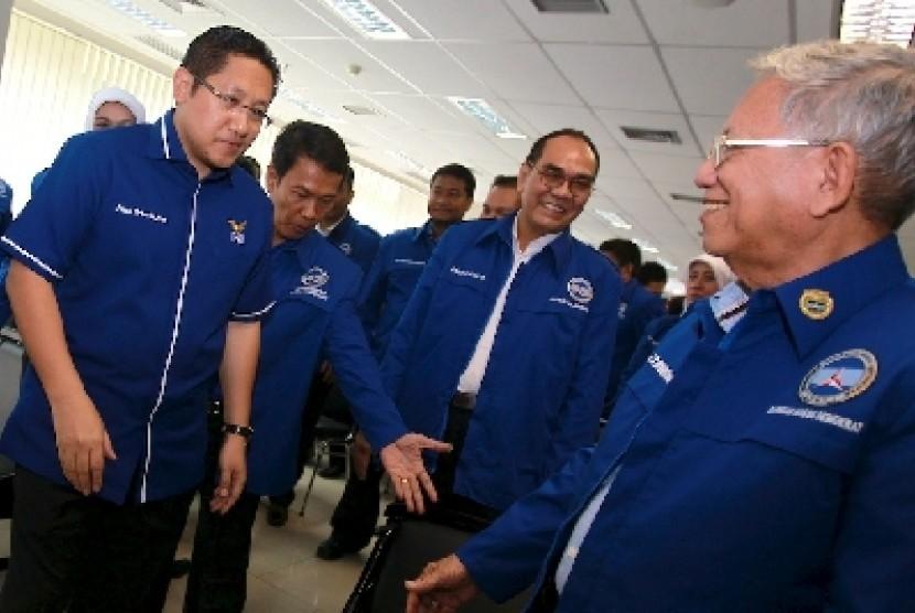 Anas Urbaningrum (kiri) bersama mantan ketua umum PD Subur Budhisantoso (kanan) ketika menghadiri pelantikan pengurus DPP Barisan Massa Demokrat (BMD) di kantor DPP PD, Jakarta (22/6).