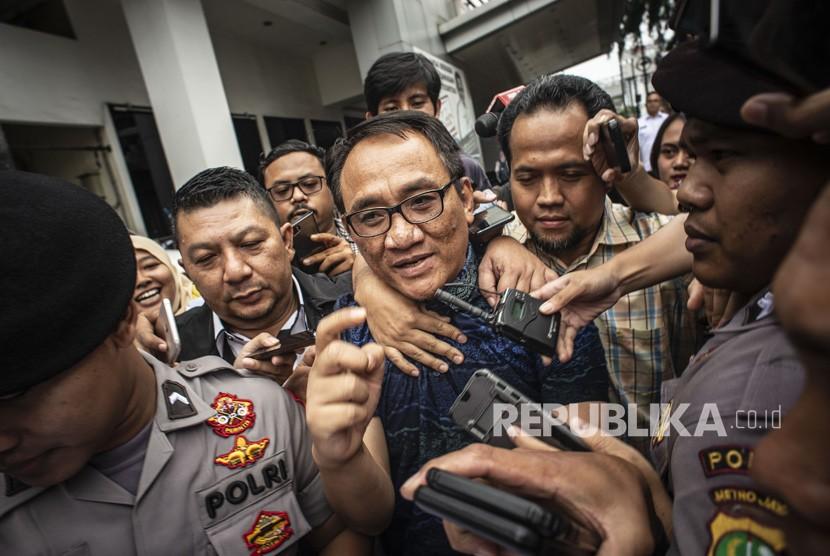 Andi Arief.  Mantan Wasekjen Partai Demokrat Andi Arief (tengah) bergegas saat akan menjalani proses rehabilitasi di Kantor Badan Narkotika Nasional (BNN), Cawang, Jakarta, Rabu (6/3/2019).
