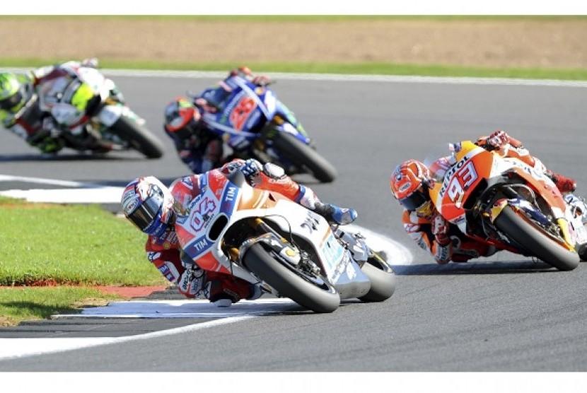 Andrea Dovizioso yang menunggangi Ducati memimpin balapan GP Inggris di Sirkuit Silverstone, Ahad (27/8).