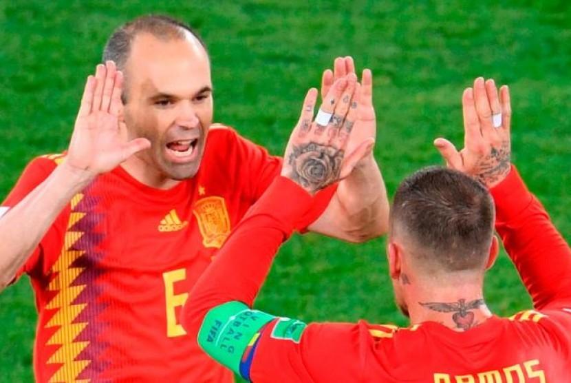 Andres Iniesta (kiri) yang menciptakan gol pertama untuk Spanyol melawan Maroko, Senin (25/6).