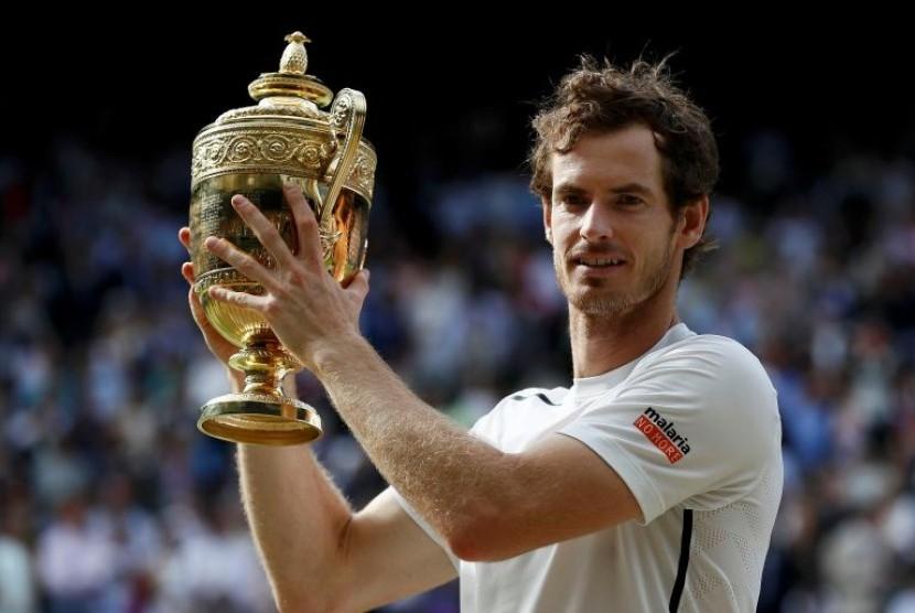 Andy Murray mengangkat trofi juara Wimbledon.