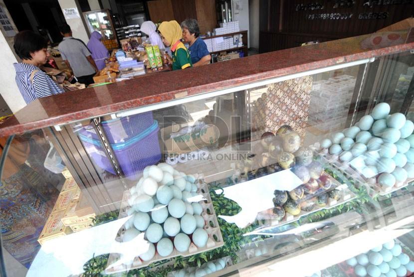 Aneka jenis telor asin dijual di salah satu toko oleh-oleh khas Brebes di Jawa Tengah, Selasa (29/7).  (Republika/ Wihdan)