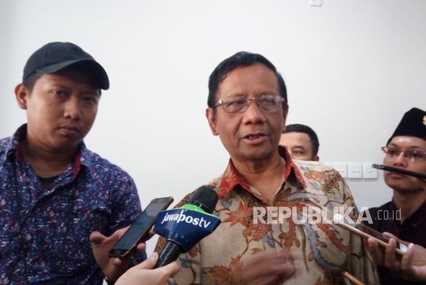 Anggota Badan Pembinaan Ideologi Pancasila (BPIP) Mahfud MD memberikan keterangan usai konferensi pers di kantor BPIP, Jakarta, Kamis (31/5).