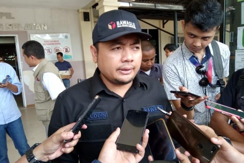 Anggota Badan Pengawas Pemilihan Umum (Bawaslu), Mochammad Afifuddin usai meninjau sejumlah TPS di Tangerang Selatan, Rabu (17/4).
