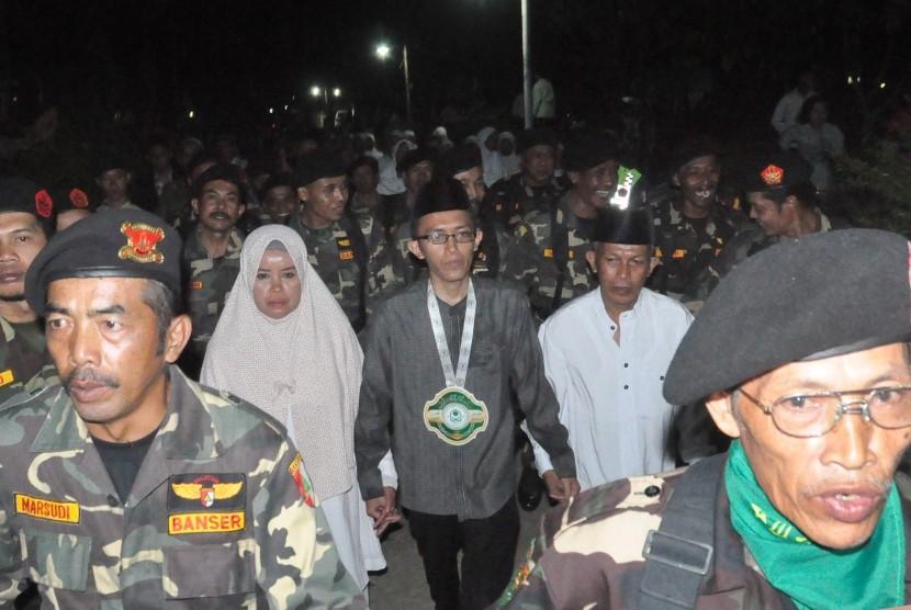 Anggota Banser dan warga Desa Lopait, Kecamatan Tuntang, Kabupaten Semarang menyambut dan mengarak Muhammad Abdul Faqih (berbaju koko abu- abu) saat tiba di rumahnya, Senin (16/10) malam.