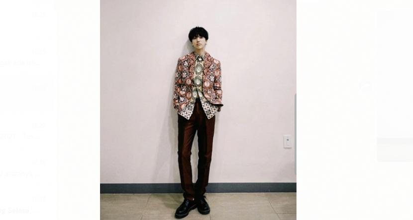 Anggota boyband Super Junior, Yesung memakai baju batik yang diberikan Gubernur Jawa Barat, Ridwan Kamil
