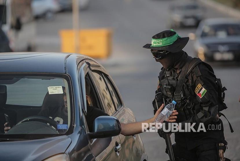 Anggota Brigade Izuddin Al Qassam membagikan iftar kepada warga di Kota Gaza, Jalur Gaza Palestina, akhir pekan lalu. Pasukan ini dikenal sebagai sayap pasukan bersenjata Partai Hamas.