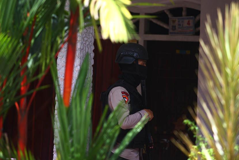 Anggota Brimob Polda Metro Jaya menjaga tempat kejadian perkara (TKP) penggerebekan dan penembakan terduga teroris di Setu, Tangerang Selatan, Banten, Rabu (21/12).