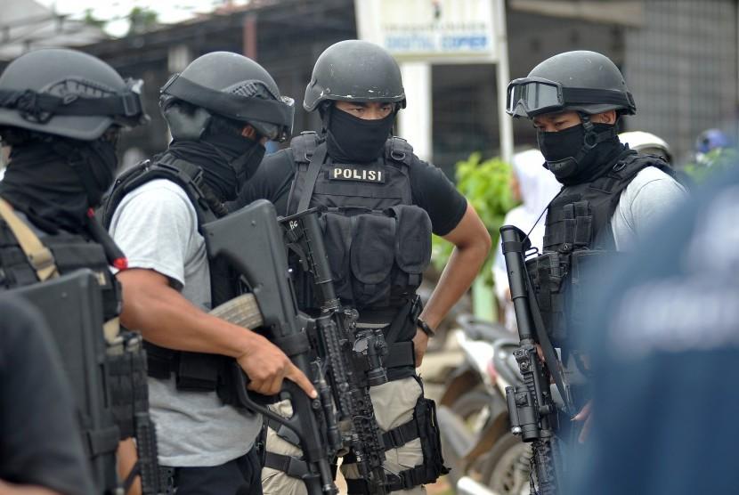 Anggota Densus 88 Anti Teror bersiaga usai melakukan penggerebekan di Kampung Bugis, Kenali Besar, Alam Barajo, Jambi, Selasa (30/5).