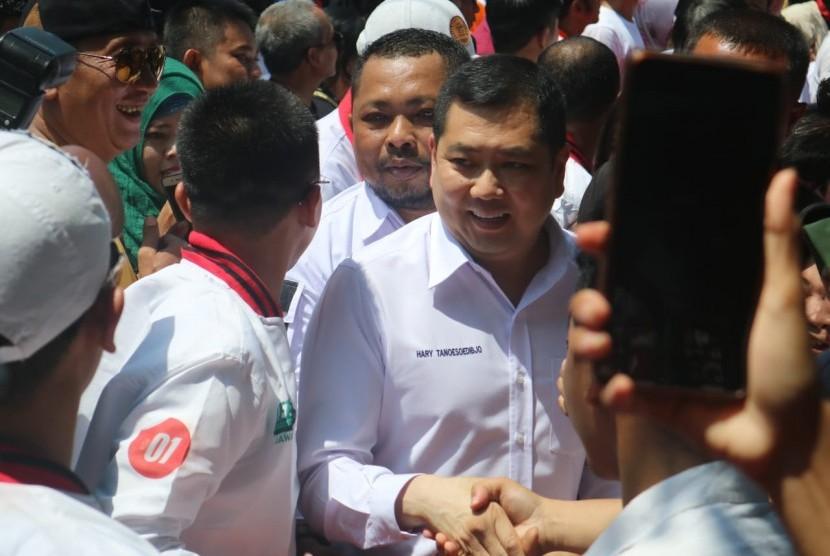 Anggota Dewan Pengarah Tim Kampanye Nasional (TKN) Joko Widodo-Ma'ruf Amin, Hary Tanoesodibjo saat  menghadiri kampanye terbuka calon presiden nomor urut 01 Joko Widodo di Taman Blambangan, Banyuwangi, Jawa Timur, Senin (25/3).
