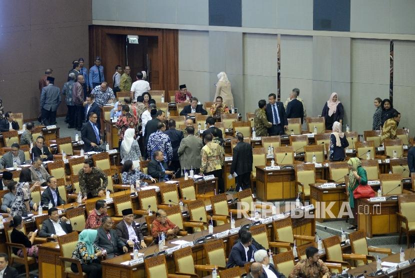 Anggota dewan yang menolak RUU terkait Perppu Ormas meninggalkan ruangan sidang ketika Menteri Dalam Negeri Tjahjo Kumolo membacakan laporan pandangan pemerintah pada Rapat Paripurna pengesahan UU Ormas di Kompleks Parlemen, Senayan, Jakarta, Selasa (24/10).
