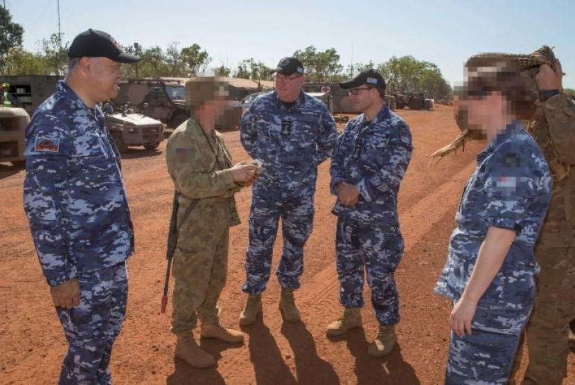 Anggota DPR Australia Scott Buchholz (tengah) saat melakukan kunjungan ke markas militer. Dia mengakui bertindak tak senonoh terhadap seorang anggota militer dalam kunjungan itu.