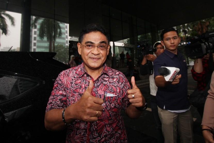 Anggota DPR dari Fraksi PDI-P Andreas Hugo Pareira menjawab pertanyaan wartawan usai menjalani pemeriksaan di Gedung KPK, Jakarta, Jumat (21/10).