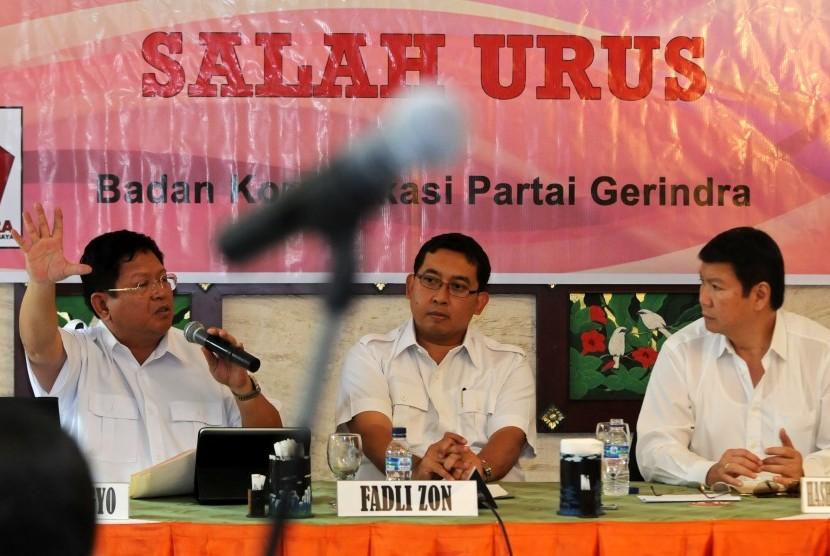 Anggota DPR Fraksi Partai Gerindra Sadar Subagyo (kiri), Wakil Ketua Partai Gerindra Fadli Zon (tengah) dan Dewan Pembina Hasyim Djojohadikusumo (kanan) saat konfrensi pers tentang Postur APBN,Cermin Negara Salah Urus di Jakarta, Selasa(26/7). Akibat Korup