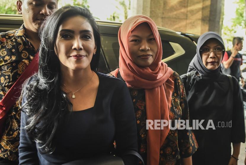 Anggota DPR fraksi PDI Perjuangan Rieke Diah Pitaloka (kiri) mendampingi Terpidana kasus pelanggaran UU Informasi dan Transaksi Elektronik (ITE), Baiq Nuril (kedua kanan) saat tiba di Kemenkumham, Jakarta, Senin (8/7/2019).