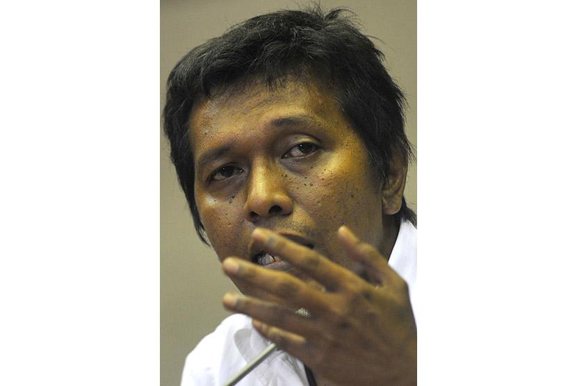 Anggota DPR Fraksi PDIP Adian Napitupulu menyampaikan pernyataan sikap di Komplek Parlemen, Senayan, Jakarta Jumat (20/11).