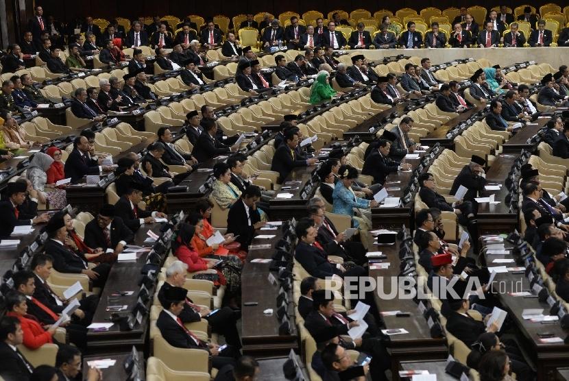 Anggota DPR mengikuti Sidang Paripurna DPR Tahun 2017 di Kompleks Parlemen, Senayan, Jakarta, Rabu (16/8).