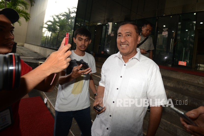 Anggota DPR RI dari fraksi Partai Golkar Markus Nari (kanan) dimintai keterangan oleh awak media seusai menjalani pemeriksaan di Gedung Komisi Pemberantasan Korupsi (KPK), Jakarta, Rabu (7/12).