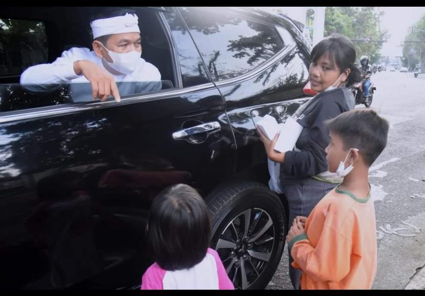Anggota DPR RI Dedi Mulyadi, menemui dan memberi bantuan kepada Cucu dan dua anaknya,  saat ia sedang melakukan kunjungan kerja.