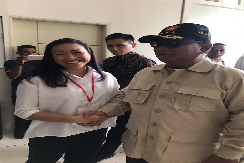 Anggota DPR RI Rahayu Saraswati berjabat tangan dengan calon presiden nomor urut 02 Prabowo Subianto