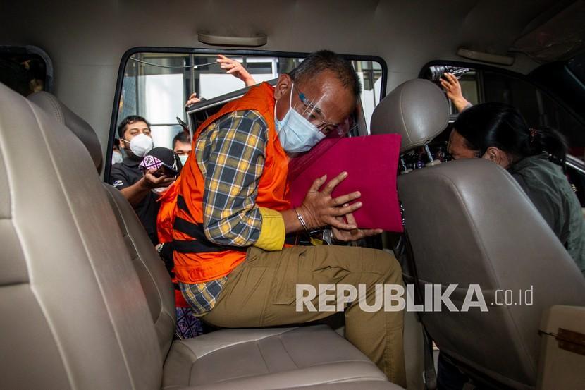 Komisi Pemberantasan Korupsi (KPK) memperpanjang masa penahanan tersangka penerima suap terkait pengurusan dana bantuan Kabupaten Indramayu Tahun Anggaran 2017-2019, Ade Barkah surahman (ABS).
