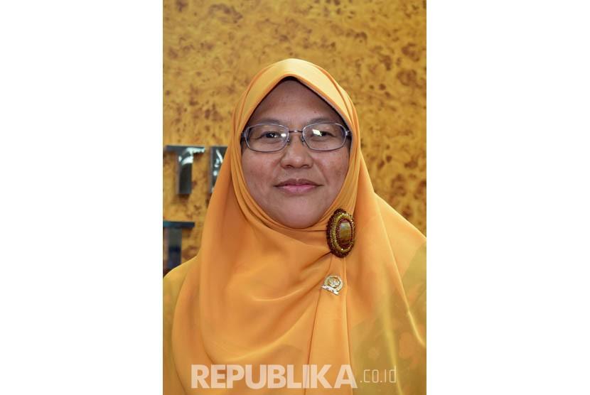 Anggota F-PKS sekaligus calon pengganti Fahri Hamzah sebagai Wakil Ketua DPR, Ledia Hanifah (kanan), seusai rapat pleno rekomposisi pengurus Fraksi dan pimpinan Alat Kelengkapan Dewan di Kompleks Parlemen, Senayan, Jakarta, Senin (11/4). (Republika/Rakhmaw