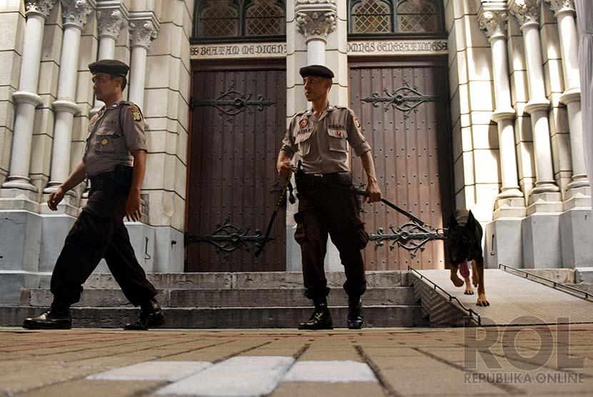 Polisi jaga gereja (ilustrasi)