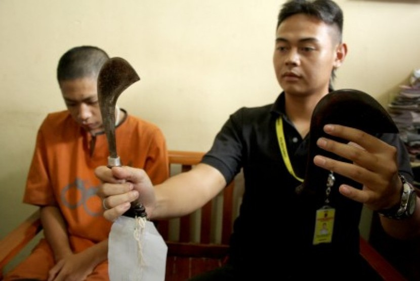 Anggota geng motor diperiksa polisi beserta barang bukti parang (ilustrasi).
