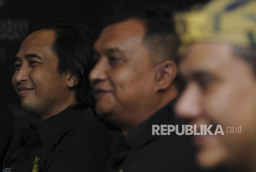 Anggota Grup Band Padi Reborn (dari kiri) Piyu, Ari dan Fadly menjawab pertanyaan wartawan saat konferensi pers di Surabaya, Jawa Timur, Kamis (1/2).