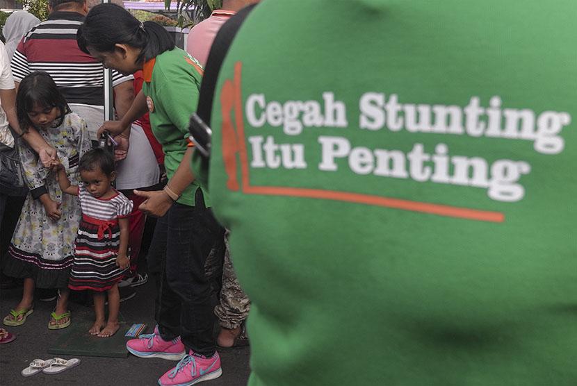 Anggota Ikatan Konselor Laktasi Klaten mengukur postur tinggi bocah dan memberikan sosialiasi pemberian gizi bayi untuk mencegah kegagalan tumbuh kembang anak (stunting) saat Hari Bebas Kendaraan Bermotor di Klaten, Jawa Tengah, Minggu (22/4).