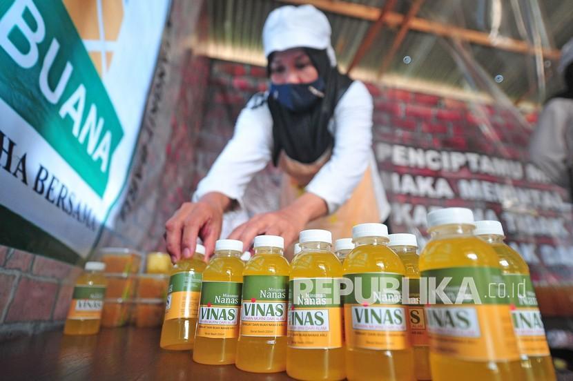 Anggota Kelompok Usaha Bersama (KUBE) Mega Buana menyusun beberapa jenis produk olahan nanas di rumah produksi, kawasan Sentra Perkebunan Nanas Tangkit Baru, Sungai Gelam, Muarojambi, Jambi, Sabtu (16/10/2021). KUBE yang beranggotakan 25 perempuan dan pernah mendapatkan pendampingan inovasi produk dari Kantor Perwakilan BI Provinsi Jambi itu berhasil memproduksi beberapa produk olahan nanas di antaranya sirup dan selai yang dijual antara Rp5 ribu-15 ribu per buah sehingga meningkatkan nilai tambah.