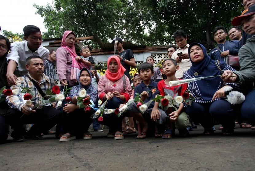 Anggota keluarga korban bom Kampung Melayu bersama Simpatisan menyelenggarakan aksi simpatik di lokasi kejadian bom, Terminal Kampung Melayu, Jakarta, Ahad (28/5).