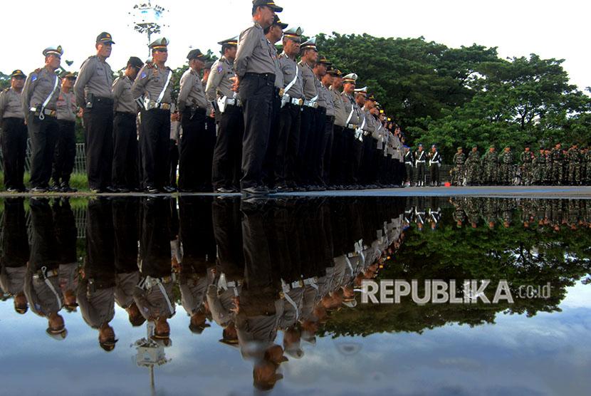 Anggota kepolisian dan prajurit TNI mengikuti apel konsolidasi pengamanan Pilkada Makassar di Lapangan Karebosi Makassar, Sulawesi Selatan, Kamis (19/4).