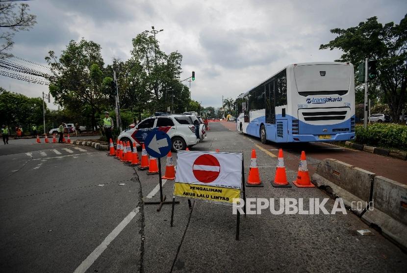 Anggota Kepolisian mengatur lalu lintas saat pengalihan arus di perempatan Ragunan, Jakarta Selatan, Selasa (10/1).